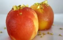 Geblancheerde perziken in rozenwatersiroop