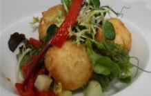 Salade van gefrituurde geitenkaas