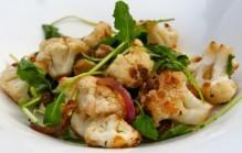 Gezonde salade van geroosterde bloemkool