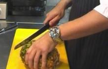 Ananas schillen en snijden