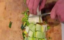 Prei schoonmaken en snijden
