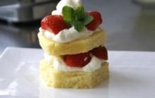 Aardbeien torentje met cake