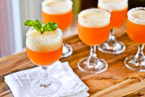 Recept voor perzik-champagnecocktail