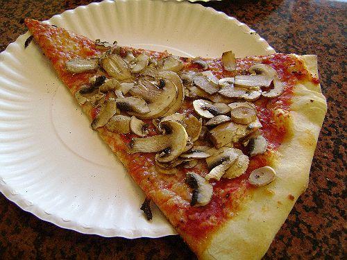 Recept voor pizza met champignons en tomaat