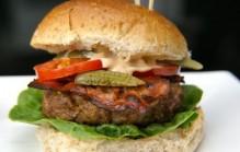 Zelfgemaakte hamburger met pittige mayo