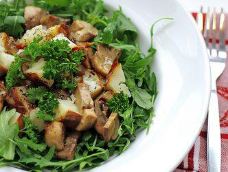 vegetarische salade met rucola, artisjokpesto en aardappelen