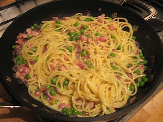 Spaghetti met worst en doperwten
