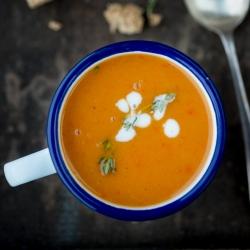 Zoete aardappel en geroosterde paprika soep