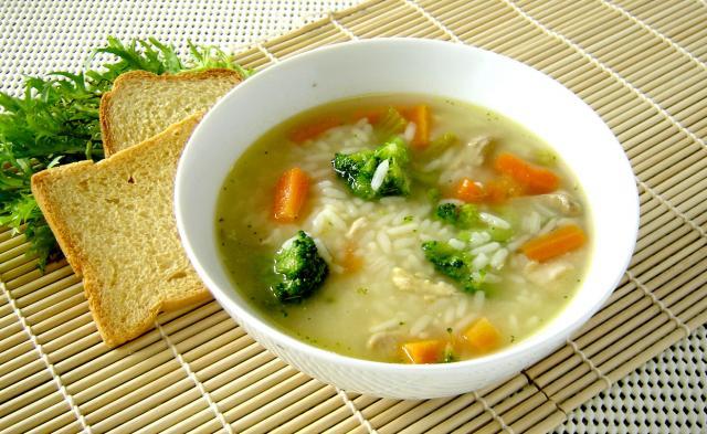 Kippensoep met rijst, citroen en munt – Canja de galinha