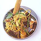 Noedels met kipfilet, asperges en peultjes