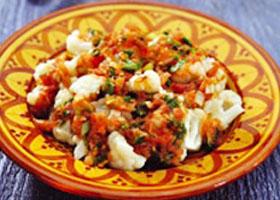 Salade van bloemkool, tomaat en koriander
