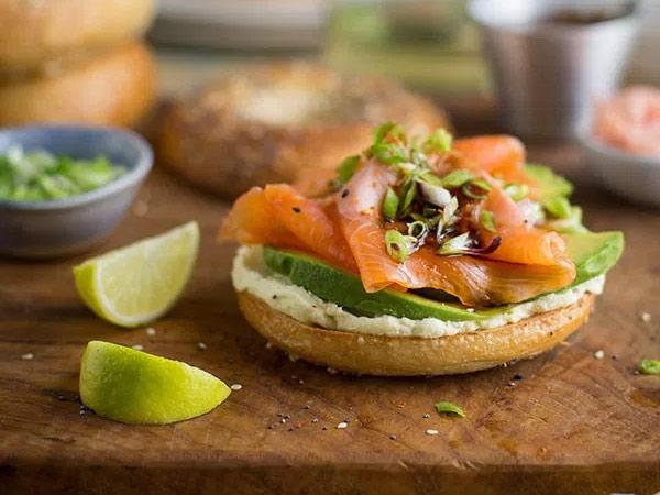 Bagel met avocado en zalm