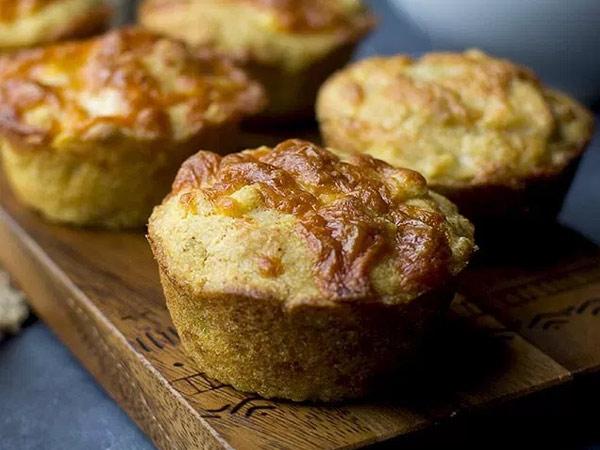 Muffins van cornbread met chili en kaas