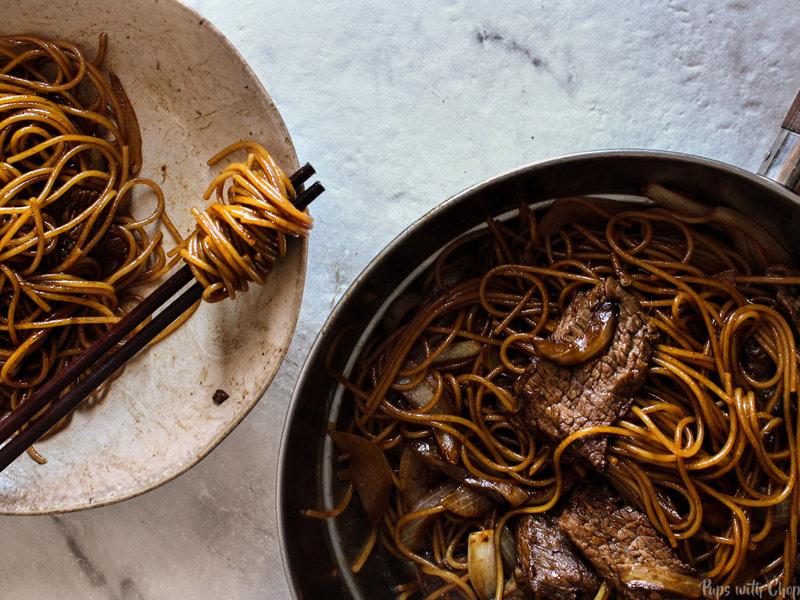 Heerlijke noedels met rund, uien en sojasaus