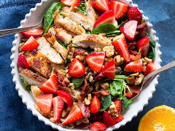 Kip met spek en aardbeiensalade