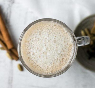 Kruidige veganistische chai latte