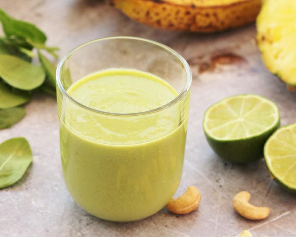 Groene smoothie met ananas en kokos